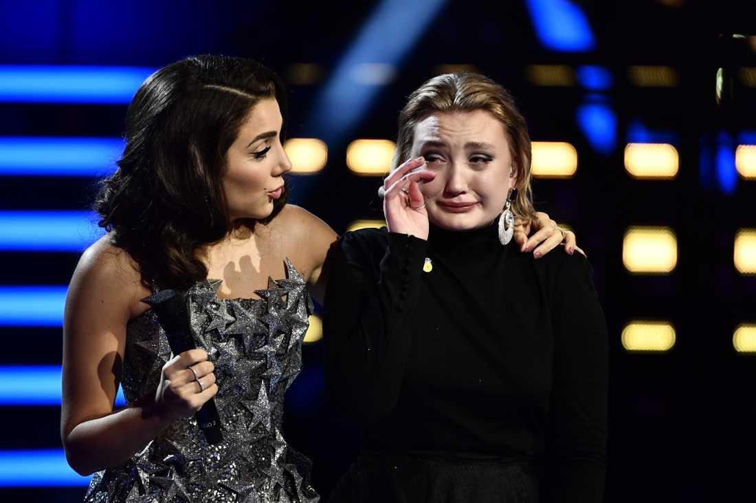 "Gina Dirawi tröstar Tua Selge i ""Idol""."