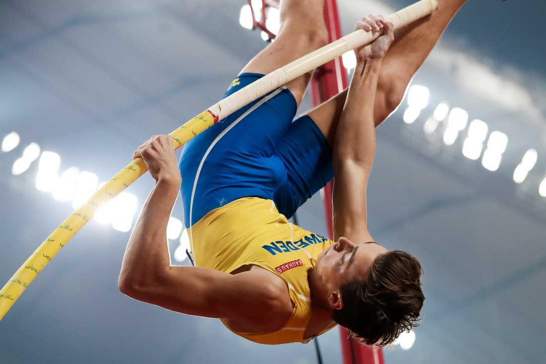 Armand Duplantis och de andra friidrottsstjärnorna stoppas från att tävla i Kina i vår. World Athletics har flyttat inne-VM ett år framåt i tiden.