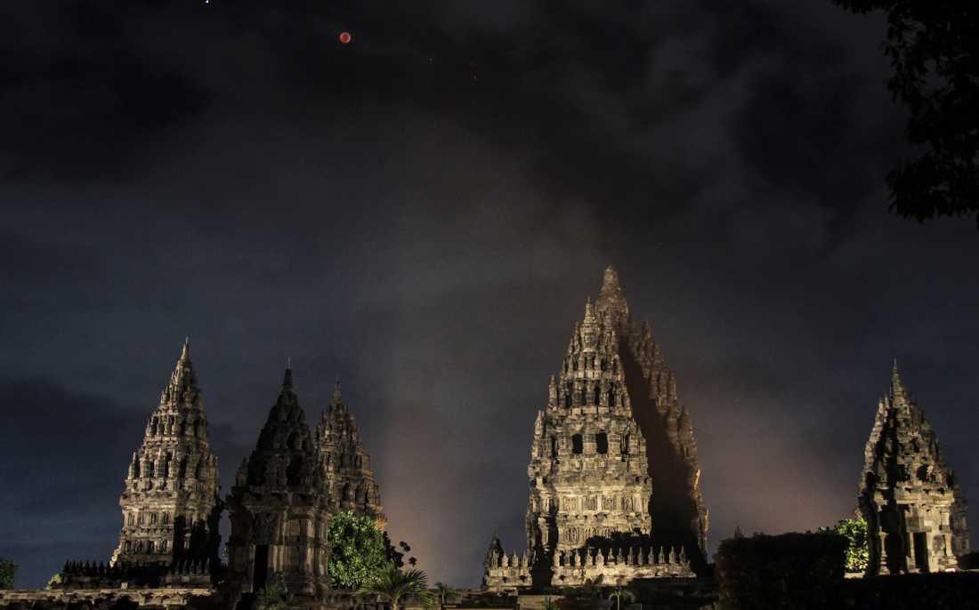 Månen ses här över  Prambanantemplet i  Yogyakarta, Indonesien.