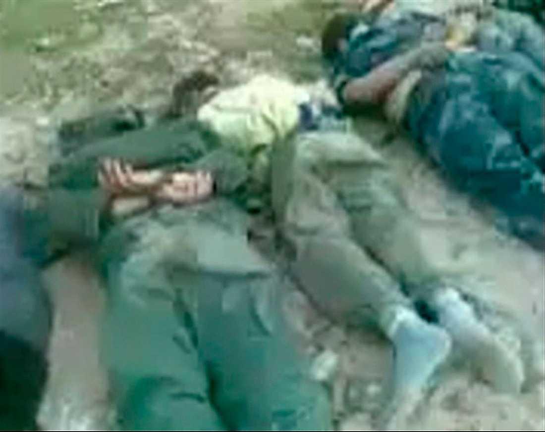 Bild ur ett videoklipp som sägs visa döda med bakbundna händer i den libyska staden Derna.
