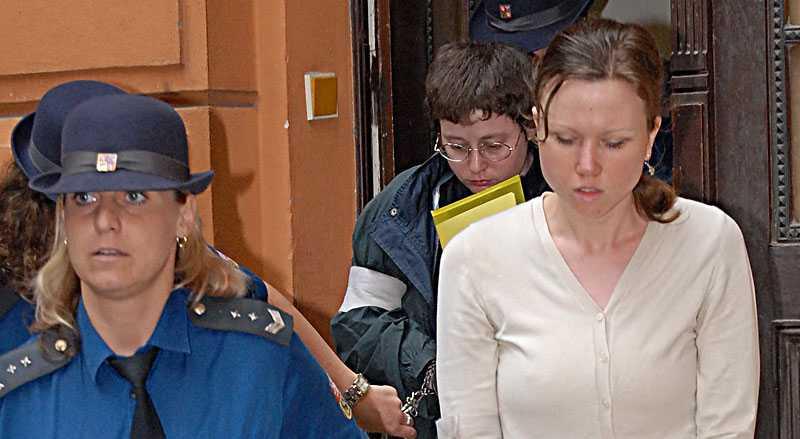 Torterade barnen Barnens mamma Klara Mauerova, 31, förs ut från rättssalen. I bakgrunden syns Barbora Skrlova, 34 med nedböjt huvud.