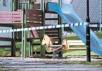 LEKPLATSEN Här på lekplatsen vid vattentornet attackerade 26-åringen de båda flickorna.