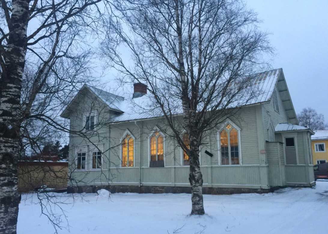 Fastighet med två uthyrda lägenheter plus en ledig lokal, sammanlagt 214 kvadratmeter, på Linjevägen 54 i Obbola i Västerbotten. Säljs för 995 000 kronor eller högstbjudande. Säljs via Mäklarringen.
