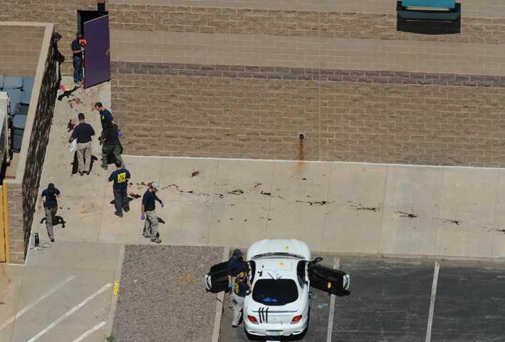 Utanför biografen syns blodspår på gatan. Skottskadade, blodiga människor samlas på parkeringen och polisen griper senare gärningsmannen på baksidan av köpcentrat.