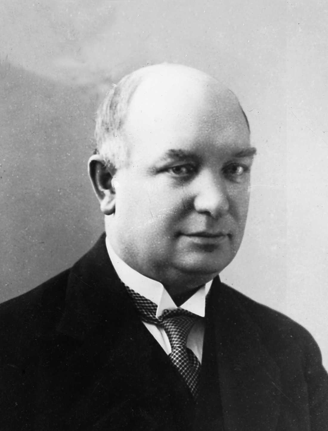 Statsministern Per Albin Hansson, till exempel, levde i många år med två familjer. De bodde nära varandra i Stockholm och han brukade gå från den ena till den andra. Tidningarna kände väl till historien men skrev aldrig om den.