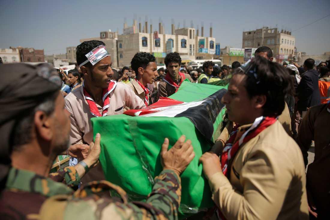 Ett sorgetåg bär fram kistor med döda barn vid en samlad begravning i Sanaa på onsdagen.