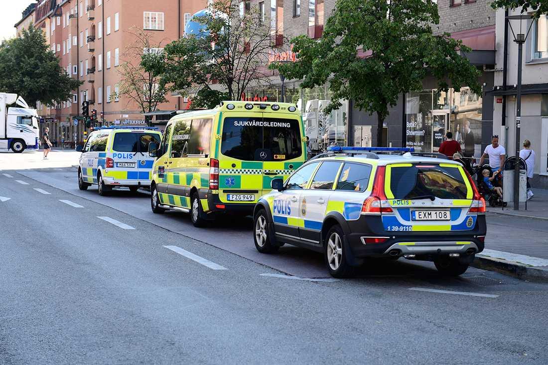 Polisen på plats vid Skanstulls tunnelbana.