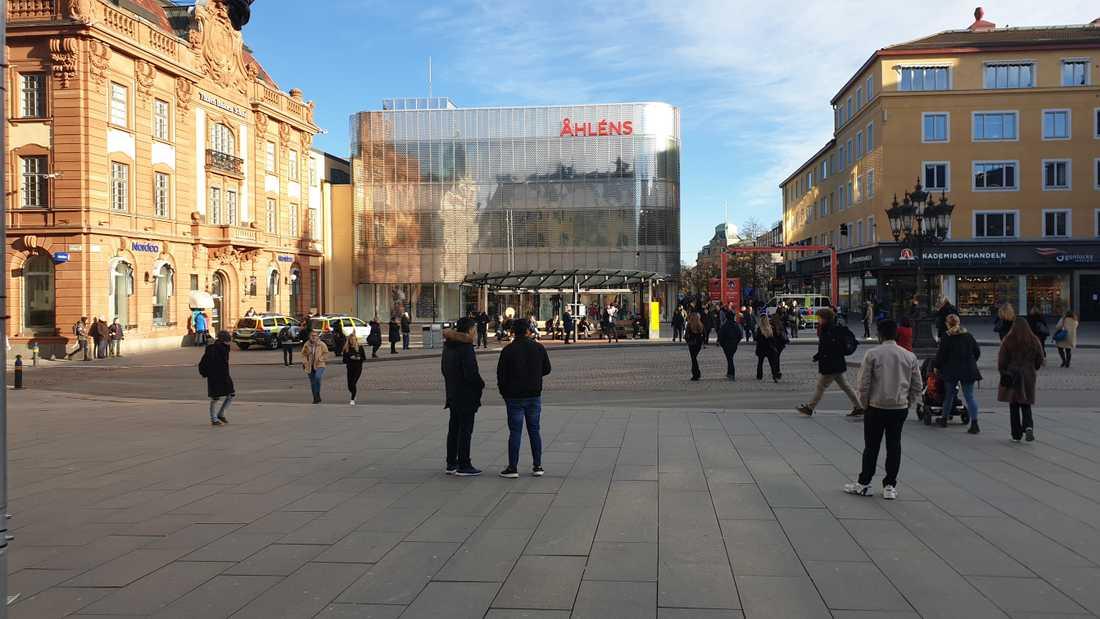 Flera personer har varit inblandade i ett bråk på Stora torget i Uppsala. Enligt uppgifter till Aftonbladet användes batong och knivar.