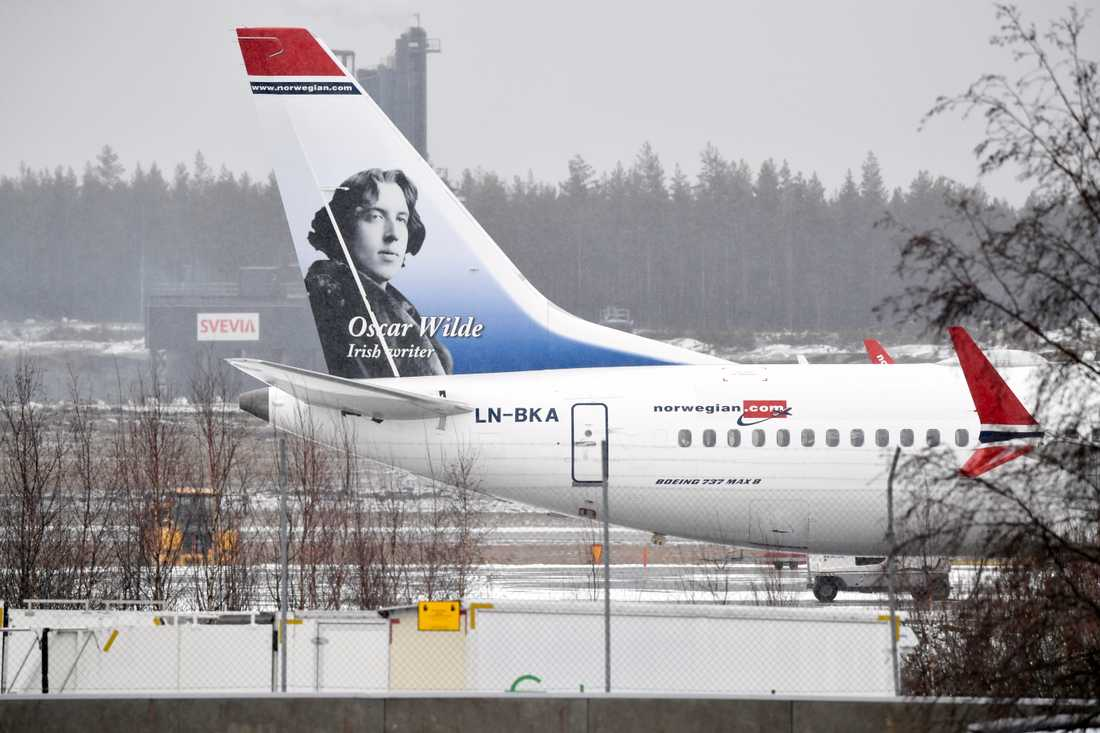Ett flygplan av modellen Boeing 737 Max8 står parkerat på Arlanda flygplats. Flera av Norwegians avgångar påverkas efter beslutet om att stoppa alla flygningar med Boeing-modellen.