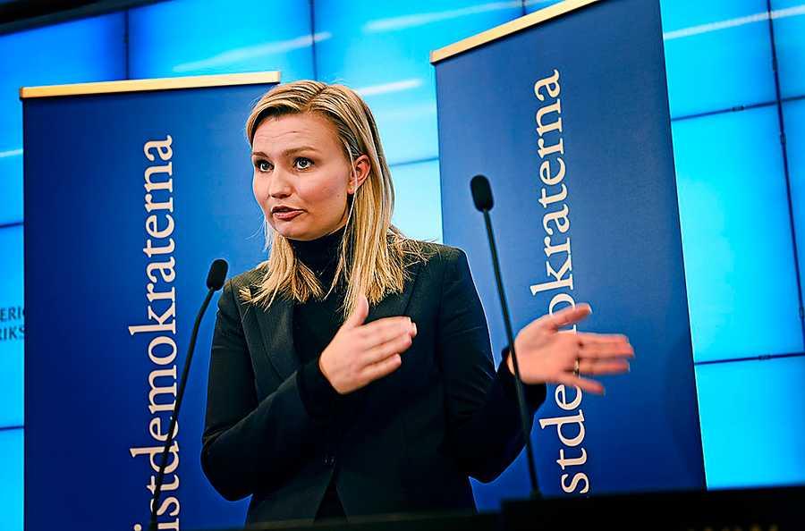 Kristdemokraternas partiledare Ebba Busch Thor menar att man alltid kan jobba sig upp från en låg ingångslön.