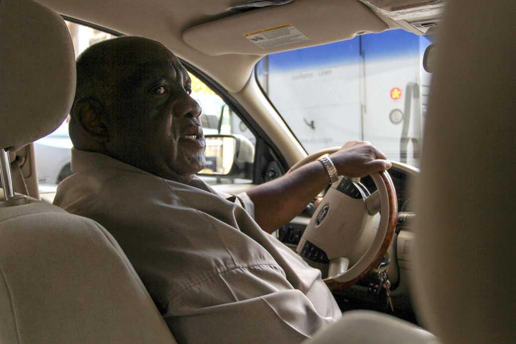 Darrels pappa, Ellis i sin taxibil.