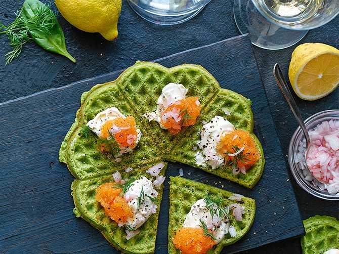 Spinatwaffeln mit eingelegten Zwiebeln, Sauerrahm und Seetangkaviar.