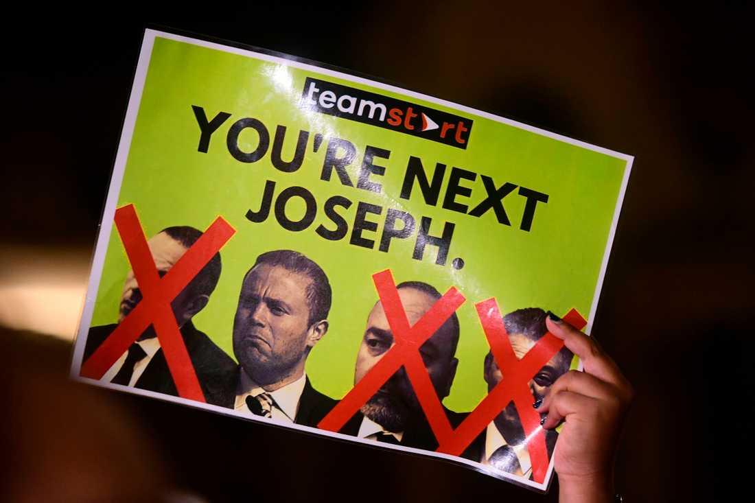 """""""Joseph, du står på tur"""", står det på en skylt från en demonstration i Valletta under onsdagen."""