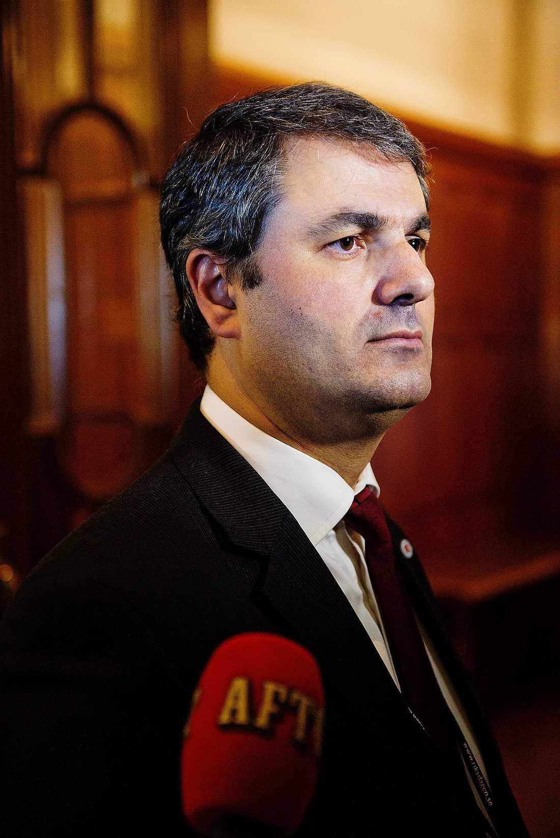 Det är ett allvarligt läge för partiet och jag känner mig ganska sorgsen. Ibrahim Baylan (S), tidigare partisekreterare.