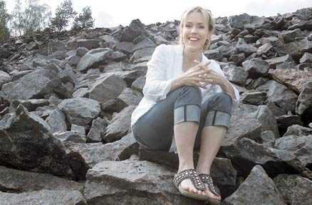"""Nästan som hemma Stenriket vid Skottvångsgruvorna är det enda i denna sörmländska trakt som påminner Åsa Larsson om Kiruna, som fortfarande är """"hemma"""" för henne. Dit vill hon flytta åter en dag. Men nu trampar hon racern i Mariefred, tränar inför Vätternrundan."""