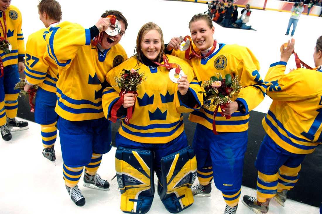 Danijela Rundqvist (till höger) efter OS-silvret 2006.