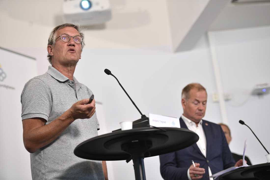 Den positiva trenden i Sverige håller i sig, trots ett mörkt omvärldsläge, säger Anders Tegnell, statsepidemiolog vid Folkhälsomyndigheten på tisdagens pressträff. Till höger Morgan Olofsson, kommunikationsdirektör vid MSB.