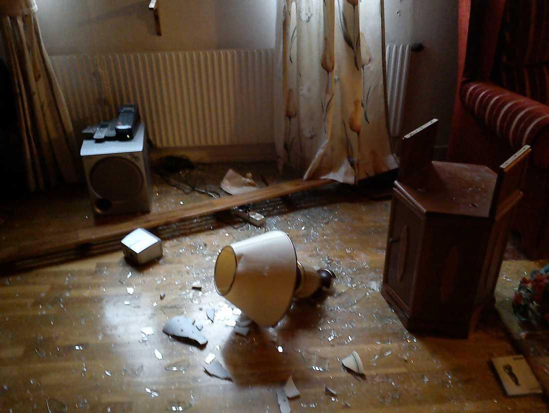 STORMADE IN Bilden visar förödelsen i en av familjernas lägenhet efter polisens brutala ingripande.