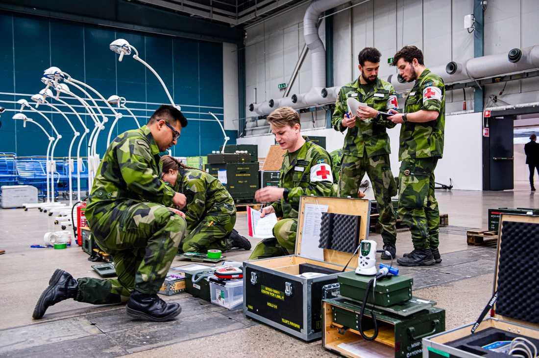 Försvarsmakten har byggt ett fältsjukhus på Stockholmsmässan i Älvsjö. Här räknar man med att det ska finnas 30 intensivvårdsplatser.