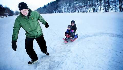 """kul på isen I Stockholm ligger isarna tjocka. Alice, 8, Hugo,4 och pappa Stefan Lavén tar en tur på sjön. """"Jag kollar alltid tjockleken noga, ser man andra ute på isen brukar det vara lugnt. Vi är ofta ute på isarna runt Stockholm"""", säger Stefan."""