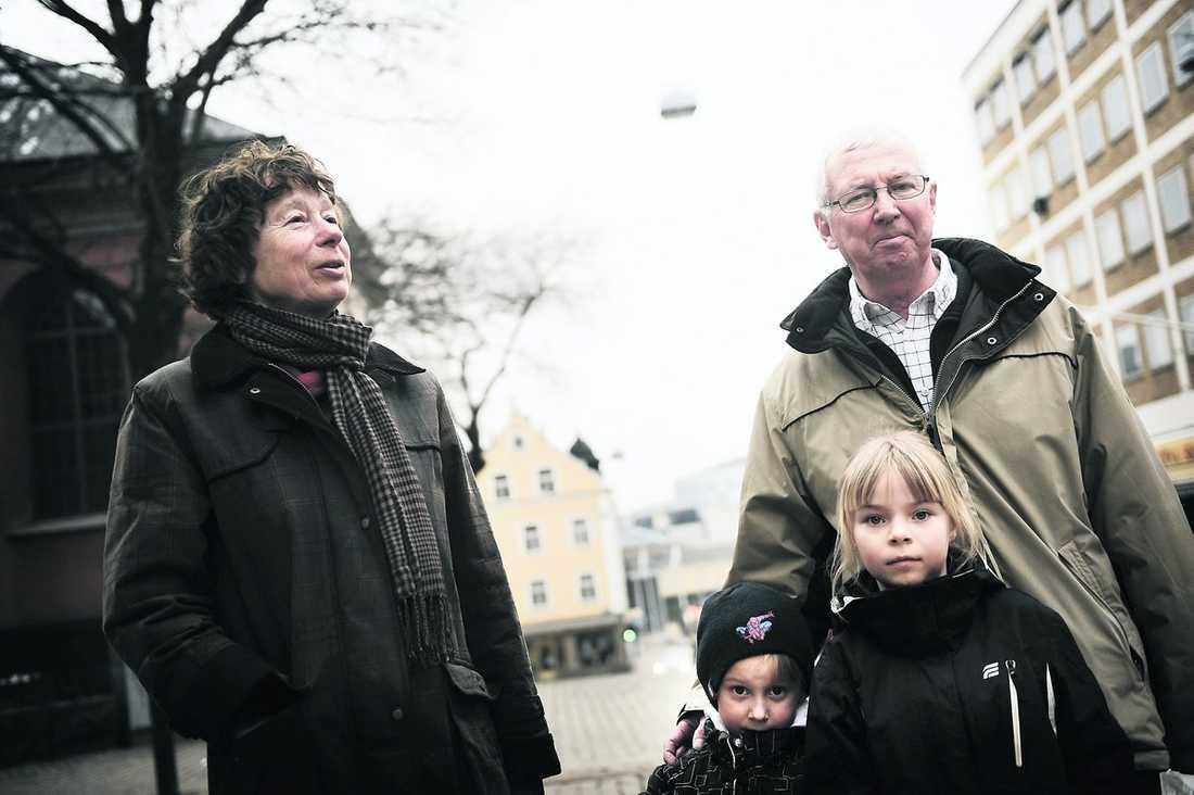"""kan skatta sig lyckliga Det är kul att vara populär"""", säger Ulla Hasselqvist, 66, som tycker att politikerna verkar väldigt inriktade på att värva pensionärsväljare just nu. Maken Gunnar Hasselqvist, 71, håller med, men tycker egentligen att det är viktigast att sänka skatten för dem som arbetar: """"Det måste löna sig att jobba."""" Barnbarnen Kasper von Koch, 4, och Lisa Lambot, 7, nickar allvarligt."""