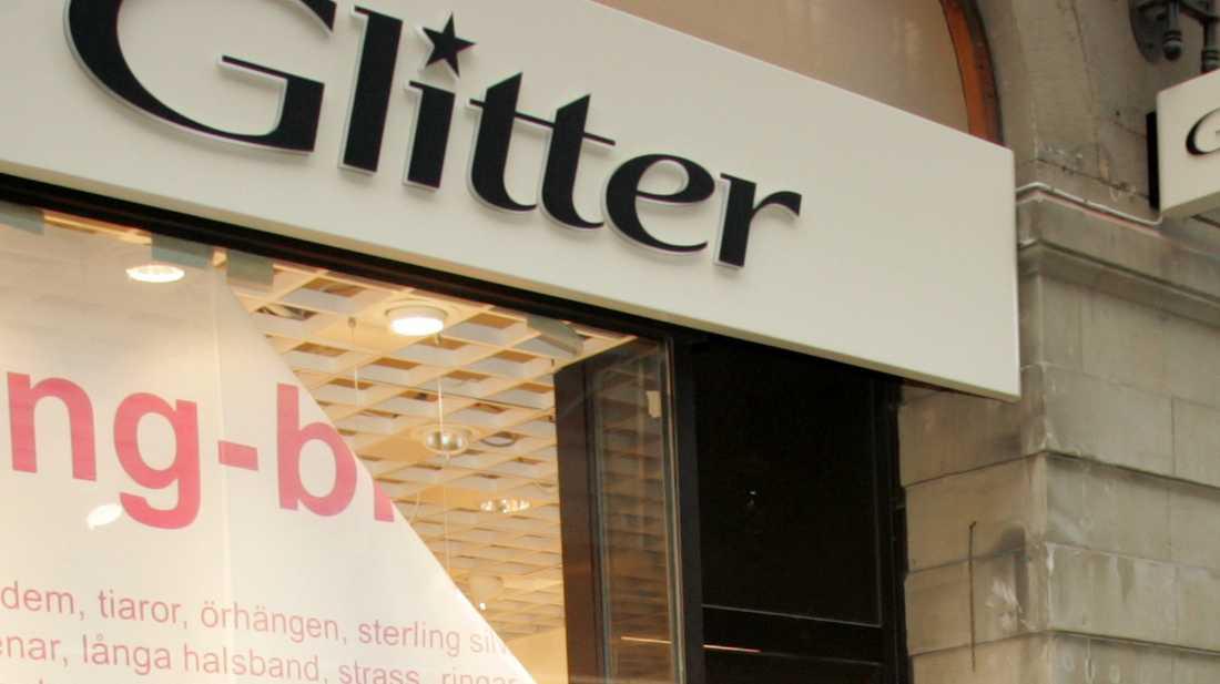 Butikskedjan Glitter återkallar en nyckelring med en fluffig kanin. Arkivbild.