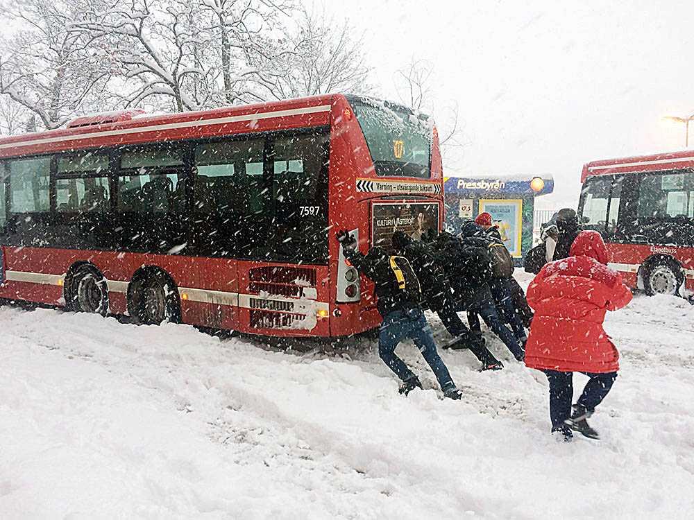 I Stockholm fick en buss stopp vid Karlbergs station i Stockholm. När en buss blockade trafiken tog resenärerna själva tag i saken. – Det var lite kaos, det var så mycket snö och mycket folk. Folk tog tag i det på egen hand och försökte putta loss bussen, de ville åka till jobbet helt enkelt, säger Joakim Eklöf, fotograf som fångade ögonblicket.