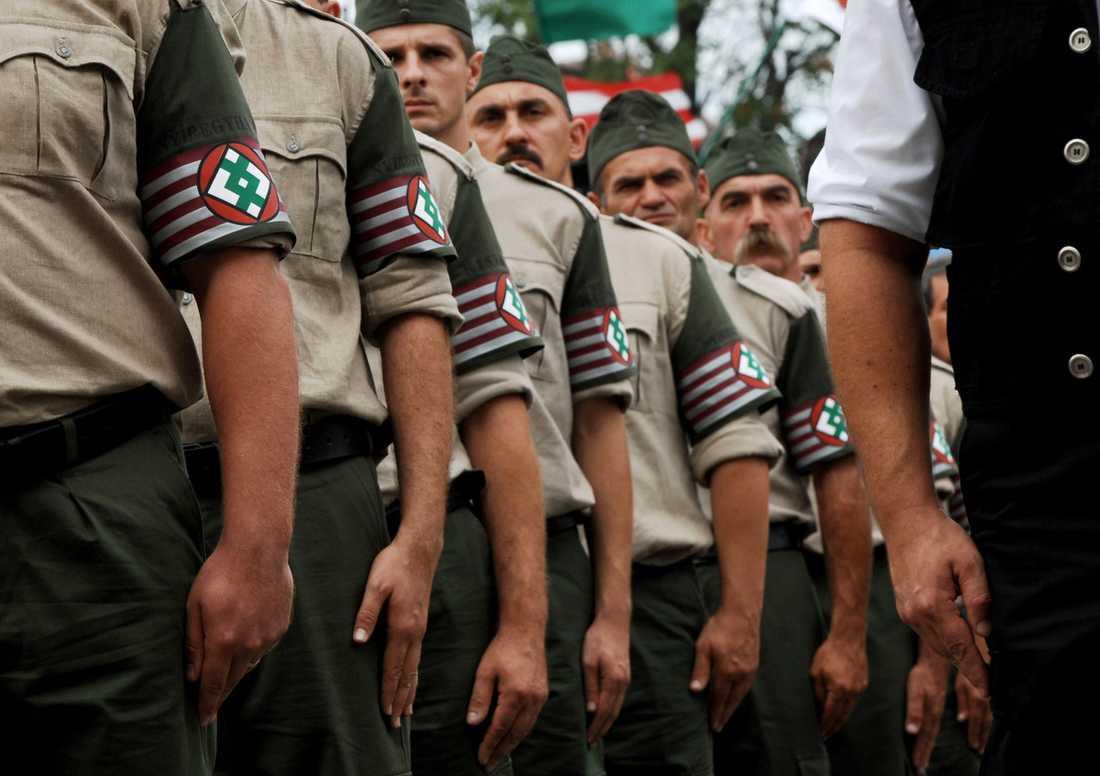 NYA PILEKORSARE Högerextremister är på frammarsch i hela Europa. I Ungern finns det Nya ungerska gardet som gärna visar upp sina uniformer och sitt hat genom att tåga i städer och byar där det bor många romer.