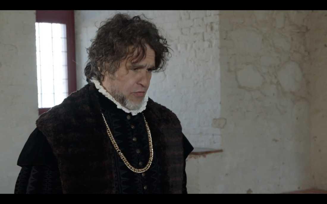 """... till Erik Haags förtret. """"Drick nu, ni måste vänja er vid sådan här kunglig mat"""" sa han."""