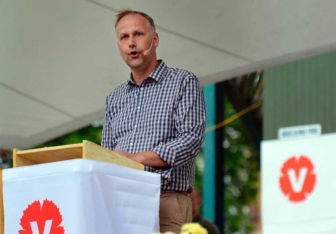Ingen partiledare i oppositionen får mer negativ publicitet än Jonas Sjöstedt (V). Samtidigt så får han väldigt lite publicitet.
