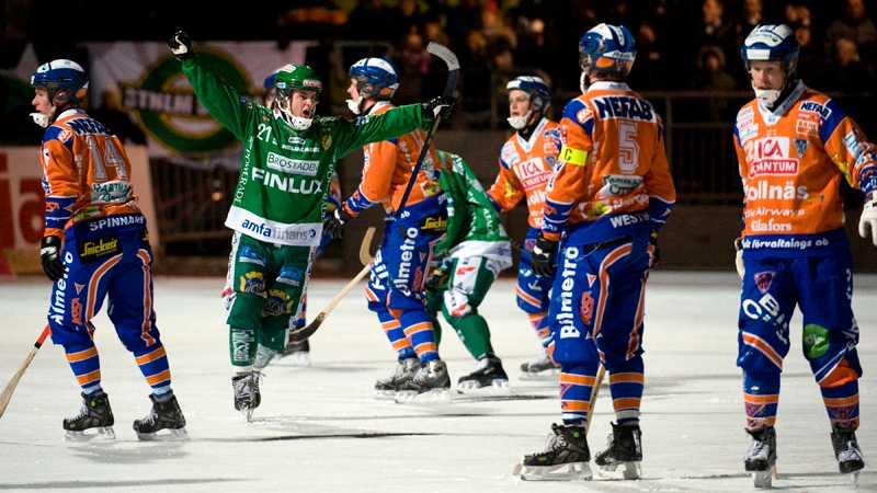 Snopet Bollnäs. David Karlsson har just gjort 5–4 på straff.