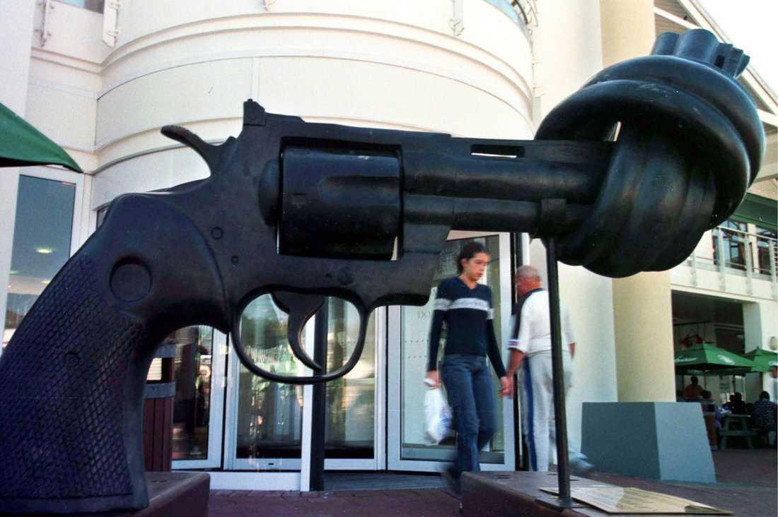 """Carl Fredrik Reuterswärd som skapade """"knutna revolvern"""" är död"""
