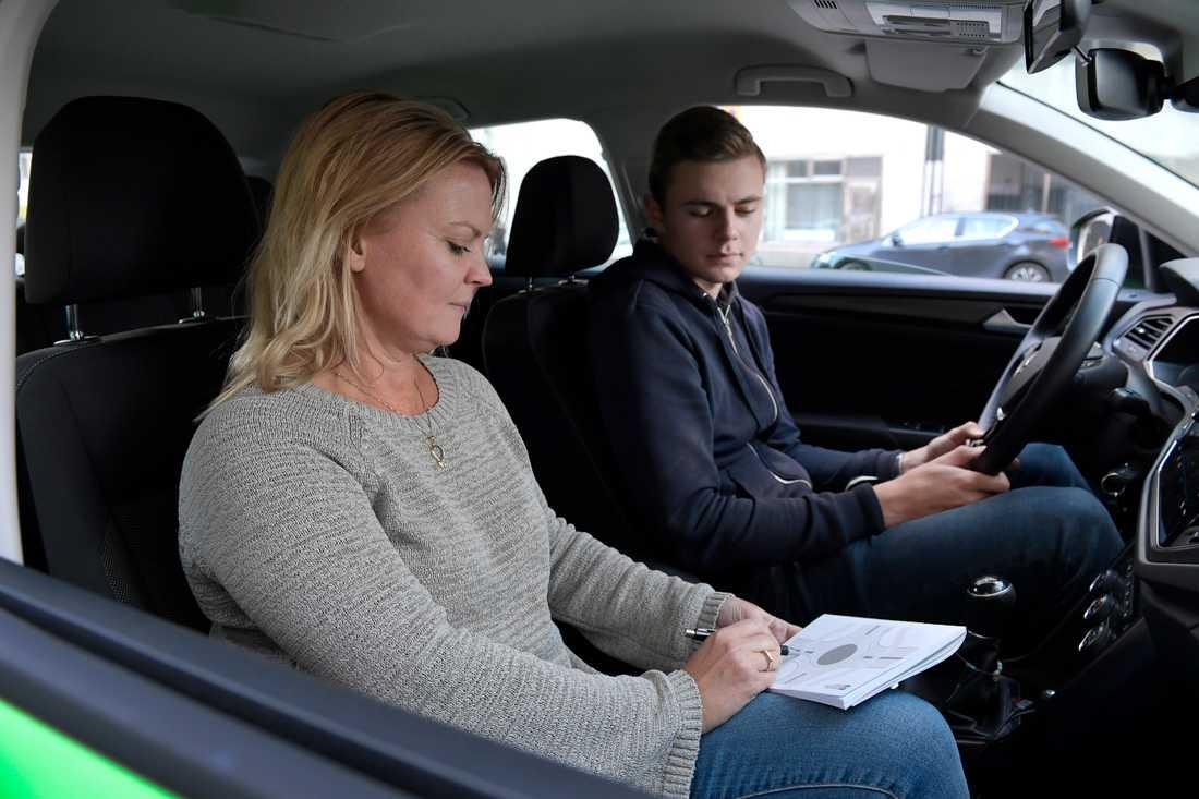 """Sigge Björs är på väg att ta körkort i Stockholm, och övningskör med trafikskolechef Marita Lundin Rosengren. """"Jag tror att jag kommer att klara det men det är nog en större utmaning än många tror"""", säger Sigge om teoriprovet."""