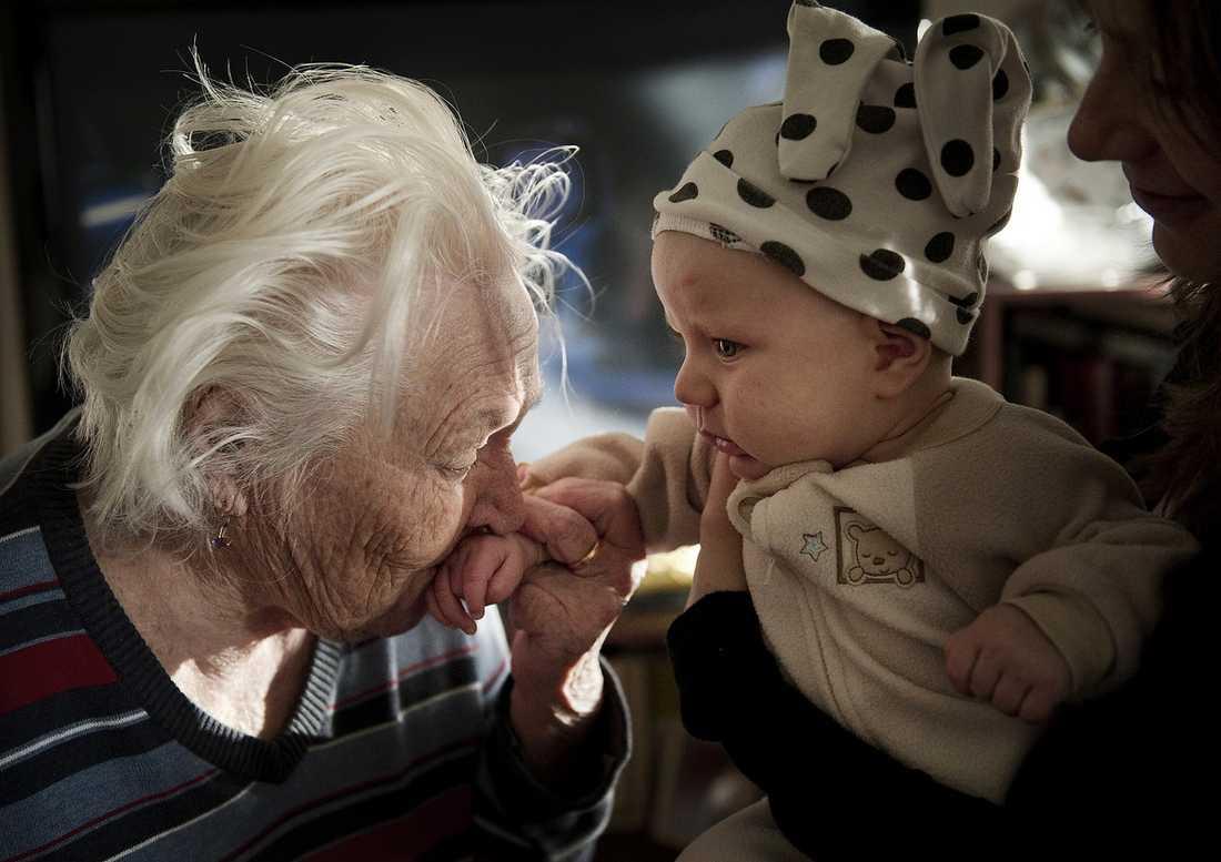 SKILJS FRÅN FAMILJEN Ganna pussar sitt lilla barnbarnsbarn Elvin. Trots att flera experter tror att den långa resan till Ukraina kan bli hennes död ska 91-åringen utvisas i dag.