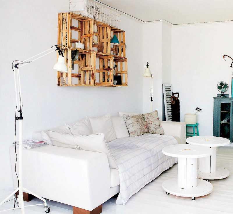 Andreas och Josses hem är fyllt av sköna loppisfynd. Stilen är en mix av vit, sliten charm, svarta industriinfluenser och trendiga detaljer.