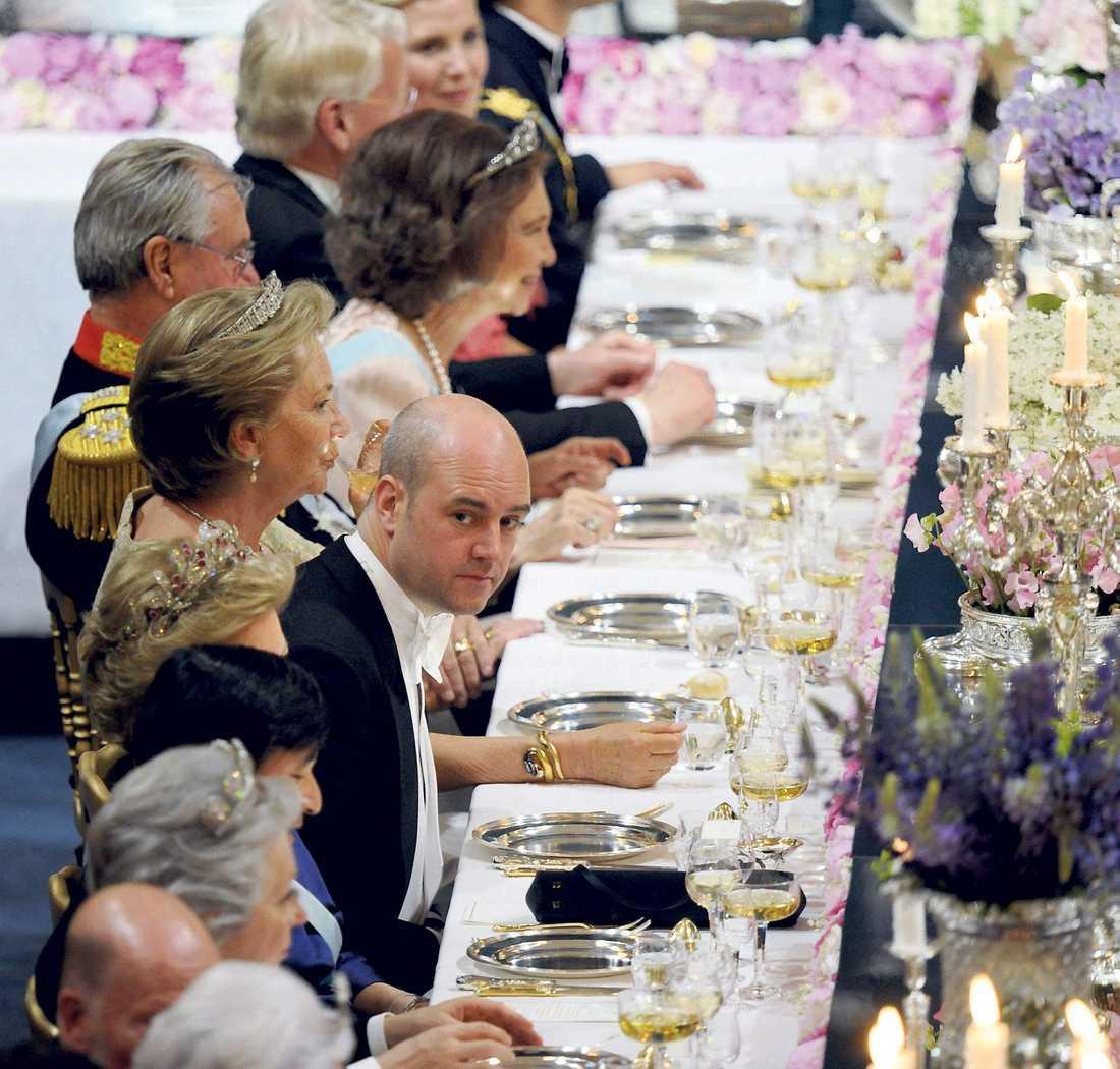 Statsminister Fredrik Reinfeldt kikade fram.