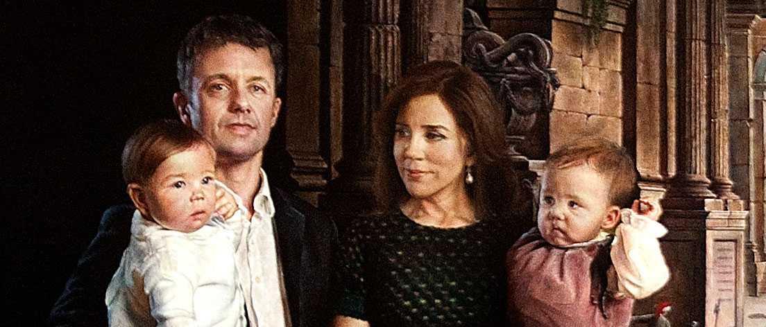 Kronprins Frederik och hans fru Mary står framför de romerska stadsruinerna som symbol för att de lever i Köpenhamn.