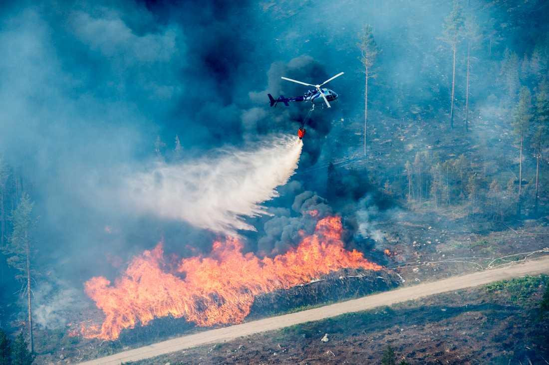 10 helikoptrar är med i arbetet för att släcka branden.