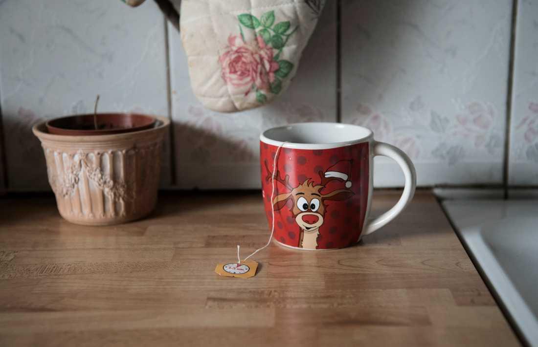 Annas kopp står kvar på diskbänken. Samma dag hon dog skulle mamma Polina ge henne en kopp te.