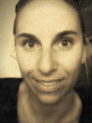 Lön: 21 075 kronor. Sofia Karlsson, 36, universitetsutbildad, har jobbat i 5,5 år.  – Motivationen att fortsätta försvinner tyvärr. Otroligt stort slit till otroligt låg lön.