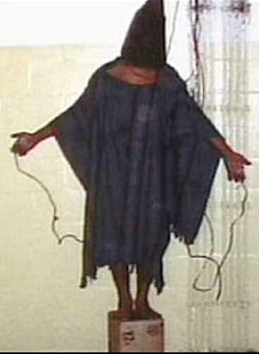 Bilden av Irakkriget. En fånge i fängelset Abu Ghraid torteras av amerikanska soldater.