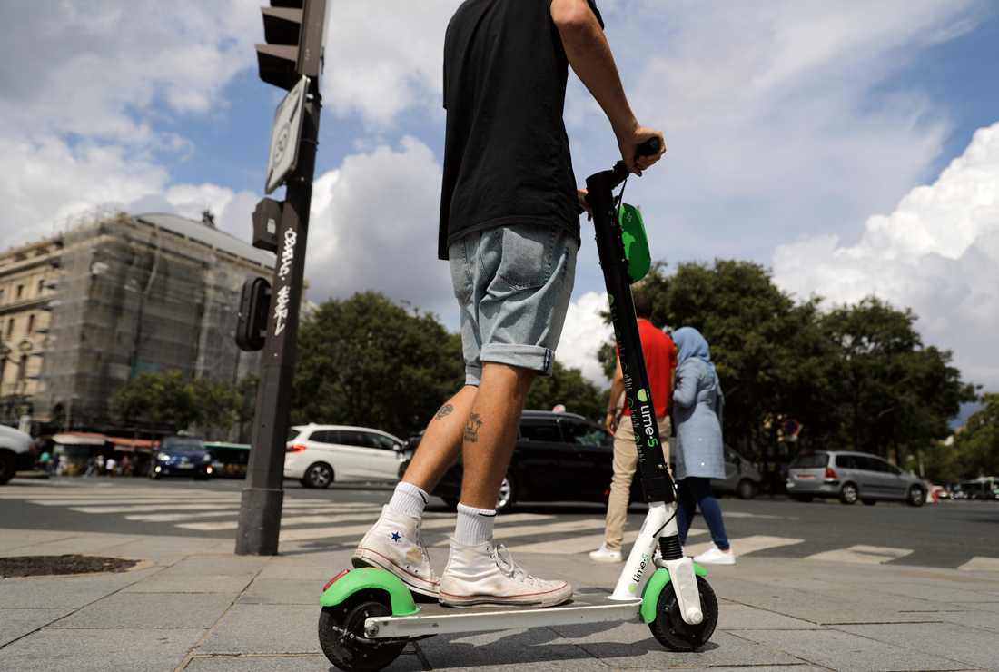 En man på en elsparkcykel i Paris. Från och med lördag skärps reglerna i Frankrike för fordonen. Arkivbild.