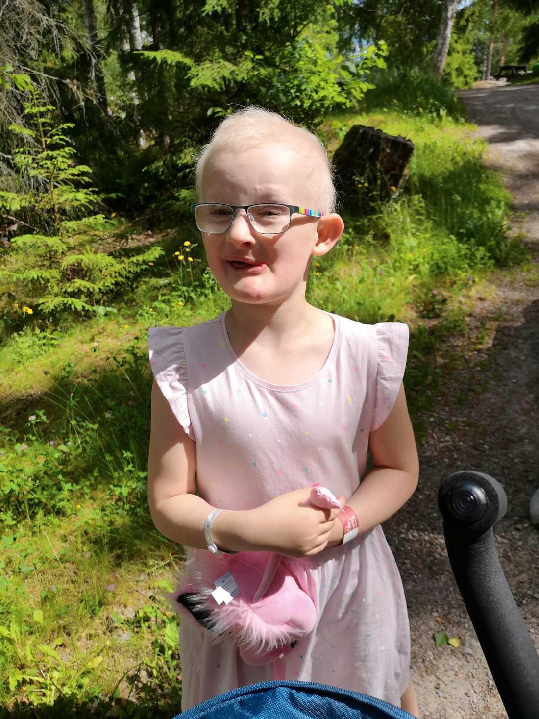 Alwa, 5, har drabbats extra hårt av syndromet.