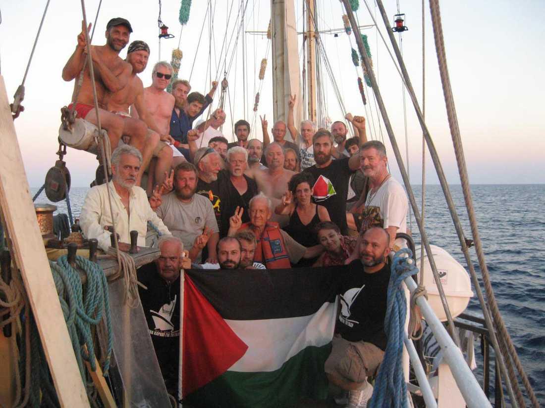 Besättningen på Estelle. I mitten syns Matias Gardell (i svart t-shirt) och Dror Feiler (i bar överkropp).