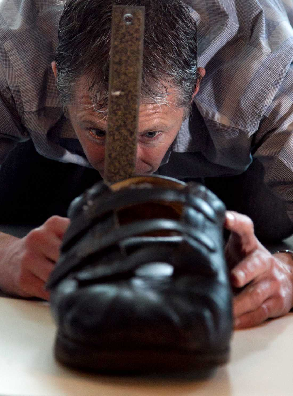 En skotekniker på Reebok mäter Vovkovinskiys skor. Igor har de senaste åren behövt operera sig 16 gånger. Detta efter skador som uppstått på grund av problem med skor som inte passat. Reebok har gett honom specialanpassade dojor utan kostnad.