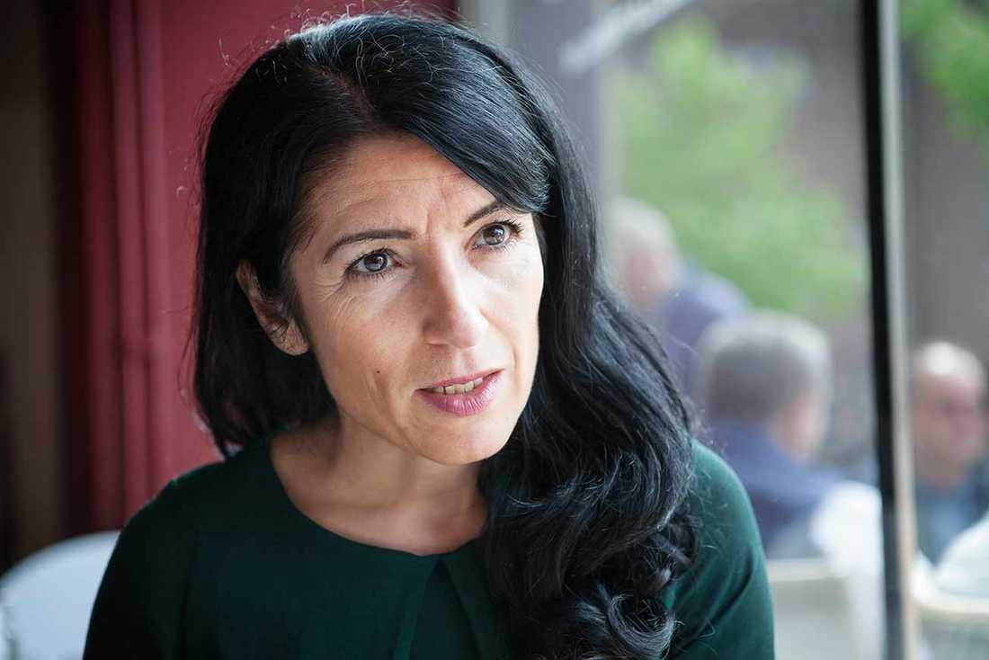 Vänsterpartiets riksdagsledamot Amineh Kakabaveh kräver en ursäkt från partiledningen efter storbråket om fascistfilmen.