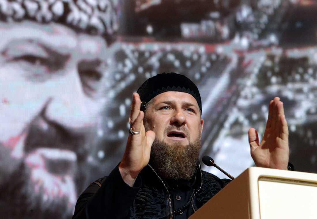 Tjetjeniens starke man Ramzan Kadyrov bredvid ett porträtt av sin pappa Akhmad Kadyrov, presidenten som dödades 2004 i ett bombdåd. Arkivbild.