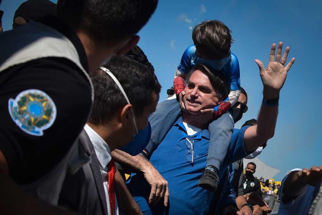 Jair Bolsonaro brukar umgås med anhängare och uttala sig för medier utanför presidentpalatset i Brasília. Bild från ett tidigare tillfälle, i slutet av maj.