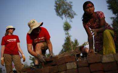 Grannarna hjälpte till med husbyggandet.