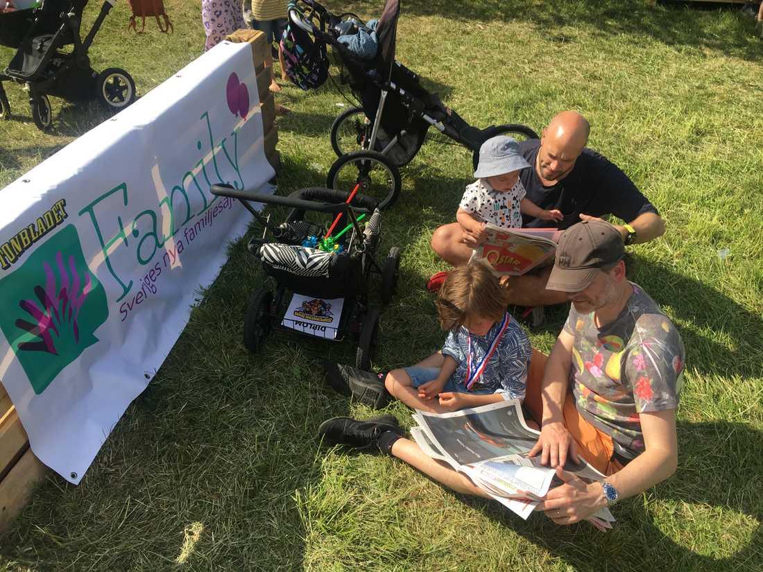 Mattias, Isak, Erik och Bo tar en läs-paus i Familys tidningshörna på Barnens dag.